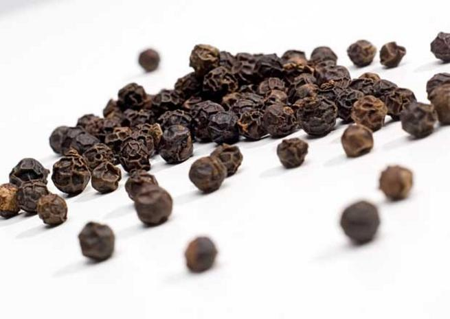 Перец черный Black pepper (piper nignum) Thai : Prikthai dam Season: All year round Availability: dry seed end powder Packaging: Plastic bag and glass jar